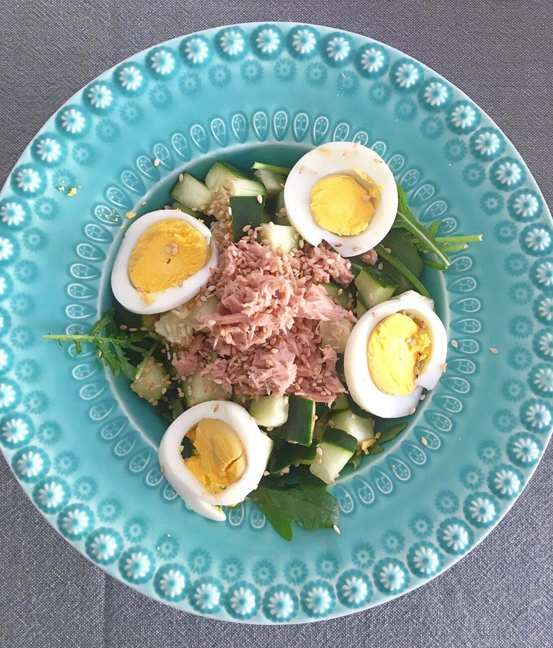 Salada de pepino, rúcula, atum e ovo