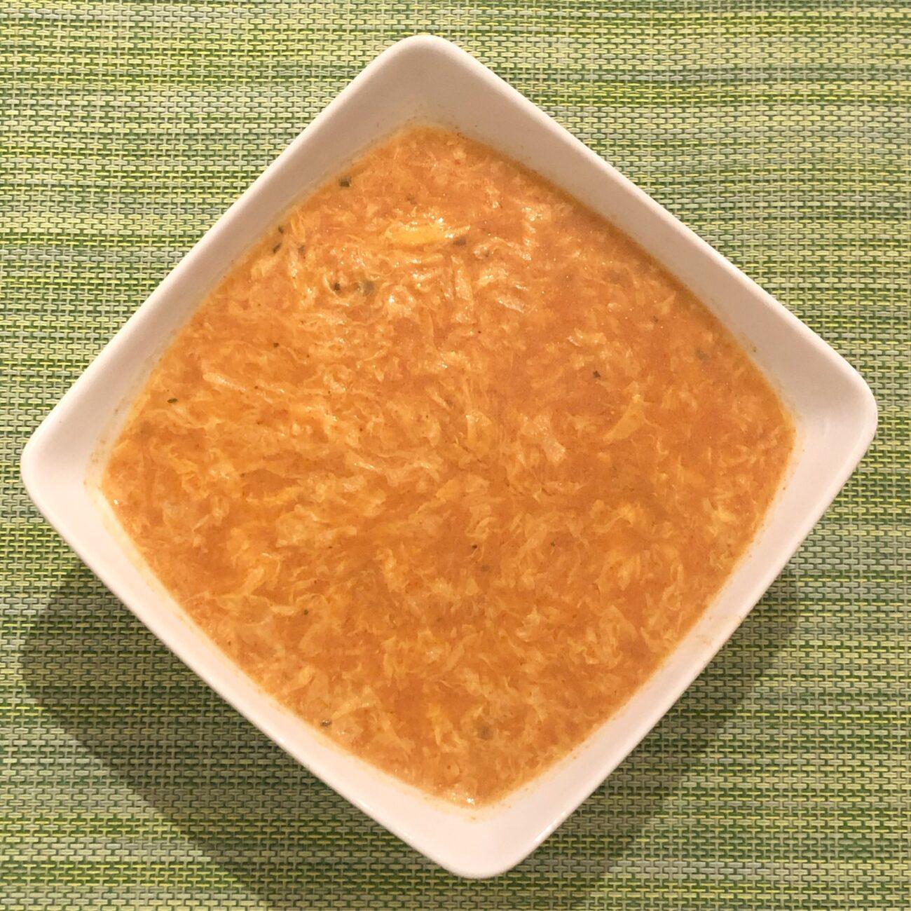 Sopa fria de tomate com fios de ovo