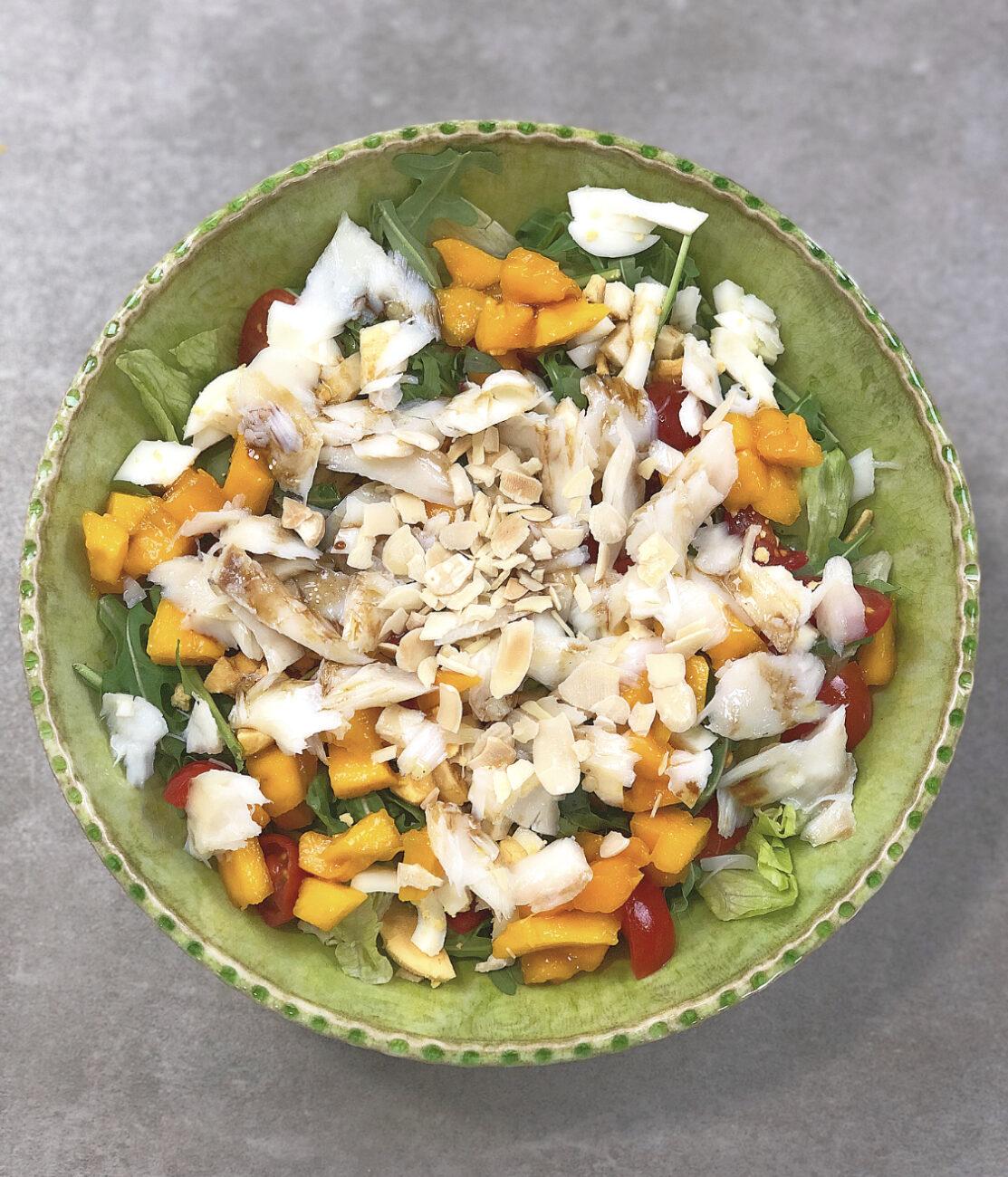 Salada de bacalhau, manga e amêndoa tostada
