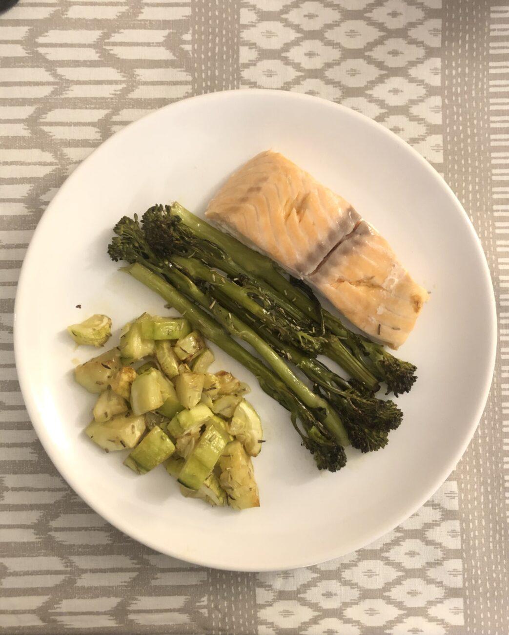Lombo de salmão em papelotes com legumes assados com alecrim