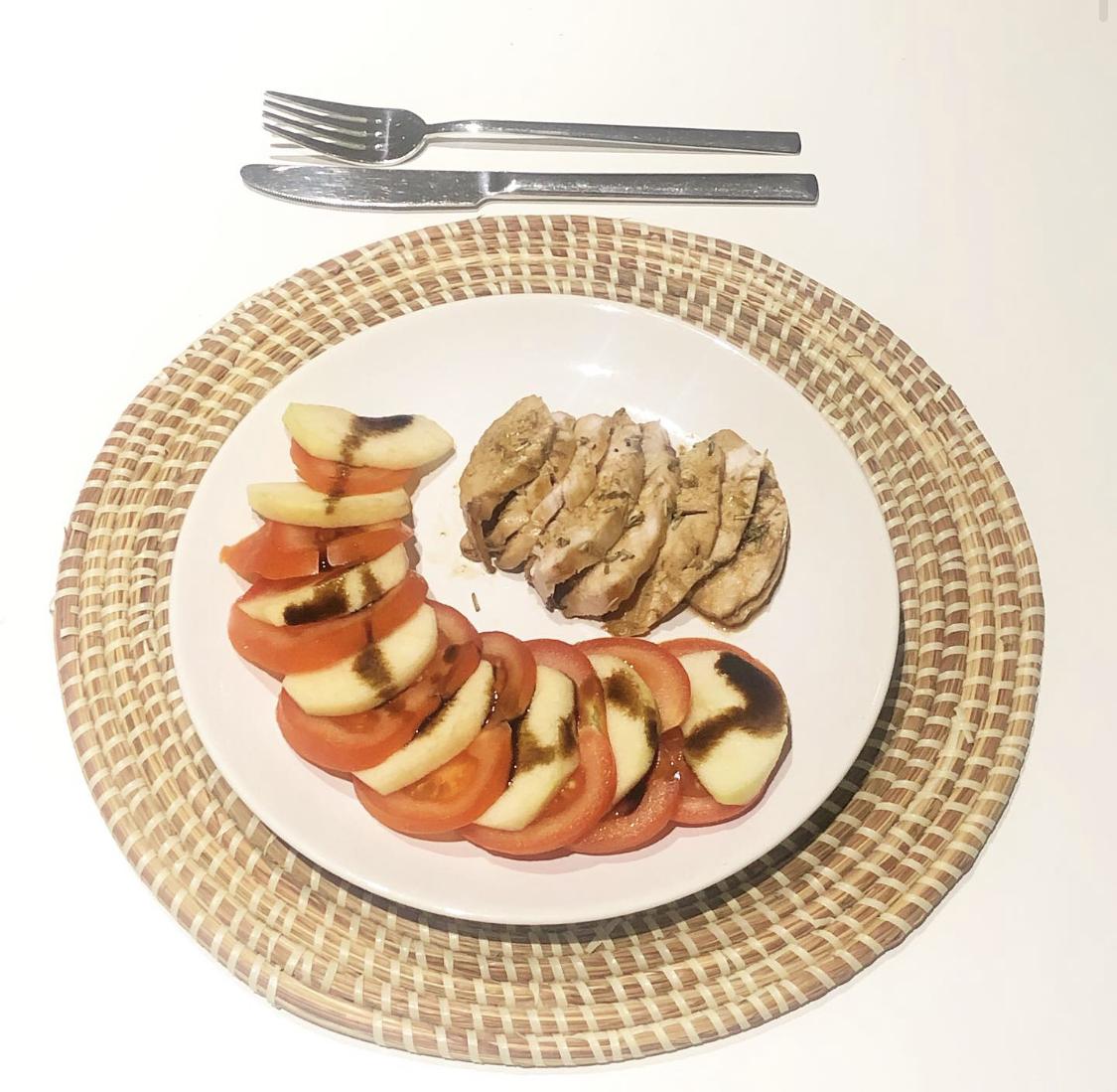 Lombinho de porco com laranja e alecrim com salada de tomate e maçã com balsâmico cremoso
